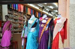 Манекены одели в индийском платье моды перед розничное sh стоковые изображения