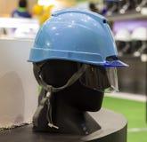 Манекены с шлемами безопасности и защитное стекло на полке; Wor Стоковое Фото