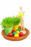 Манекен держа пасхальное яйцо Стоковые Фотографии RF