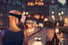 Манекен мечтая о реальном мире через виртуальную реальность гуглит Стоковое Изображение