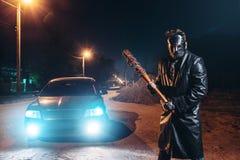 Маниак в маске хоккея, бейсбольной бите в руках стоковые изображения rf