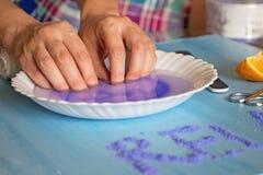 Маникюр дома Женщина окуная ее руку в шаре воды позаботьте ноготь ногтя хлопка извлекая политуру пробирки стоковые изображения