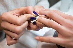 Маникюр регулирует стерильный белый ноготь ткани хлопка Стоковые Изображения