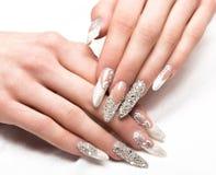 Маникюр свадьбы Beautifil для невесты в нежных тонах с стразом Дизайн ногтя Конец-вверх стоковые изображения rf