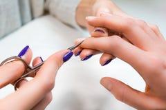 Маникюр с ножницами в салоне ногтя Стоковое Изображение RF