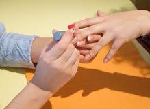 маникюр manicurist кладя красный цвет Стоковое Изображение