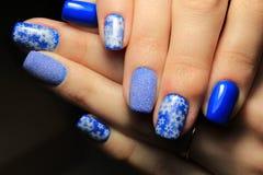 Маникюр ` s Нового Года, вьюга зимы дизайна на ногтях Стоковая Фотография