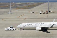 Манипуляция Japan Airlines Боинга 737-800 на международном аэропорте Chubu Centrair, Японии Стоковая Фотография RF