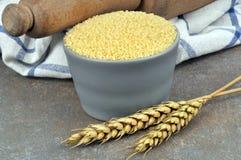 Манная крупа в ramekin с 2 ушами пшеницы стоковые фотографии rf