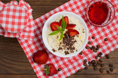 Манная крупа с заскрежетанными шоколадом и клубникой на фантастично очень вкусном завтра Деревянная предпосылка Взгляд сверху Кон стоковая фотография rf