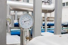 Манометр в трубе воды холодной на большой системе условия воздуха Стоковые Фото