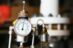 Манометр используя измерение давление в производственном процессе Процесс нефти и газ контроля работника или оператора датчиком Стоковые Изображения
