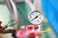 Манометр используя измерение давление в производственном процессе Процесс нефти и газ контроля работника или оператора датчиком Стоковая Фотография