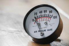 Манометр для измеряя давления в системе, процесса нефти и газ использовал манометр для того чтобы контролировать условие давления Стоковая Фотография