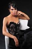Мантия вечера черноты носки женщины Brınette Стоковые Фотографии RF