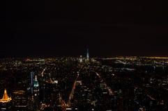 Манхаттан, центр города и один всемирный торговый центр увиденные от смотровой площадки Эмпайра Стейта Билдинга на ноче Стоковые Изображения