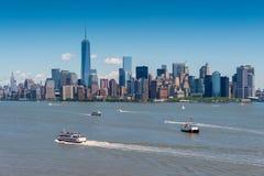 Манхаттан NYC увиденное от острова свободы стоковая фотография