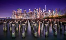 Манхэттен и свой горизонт вечером стоковая фотография rf