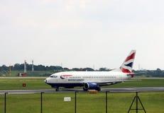 Манчестер/Великобритания - 29-ое мая 2009: Пассажирский самолет British Airways таксируя на международном аэропорте Манчестера стоковые изображения rf