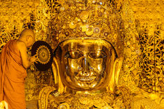 МАНДАЛАЙ 26-ОЕ АВГУСТА: Старшее мытье Mahamuni Будда монаха Стоковое Фото
