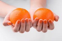 Мандарины в женских руках Стоковые Фото