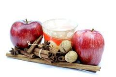 Мандарины, яблоки и циннамон с свечой Стоковые Изображения RF