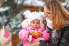 Мандарин матери и дочери управлять зимой розвальней потехи стоковая фотография rf