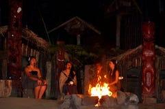 Маорийские женщины людей сидят вокруг костра Стоковые Фото