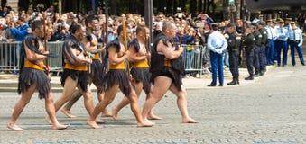 Маорийские ратники участвуют в военном параде дня Бастилии, стоковые изображения rf
