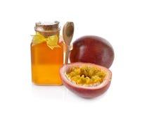 Маракуйи с медом на белизне Стоковые Изображения RF