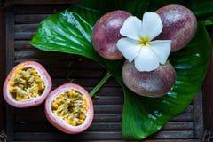 Маракуйя вся и slise на естественной предпосылке fruits тропическо стоковое фото