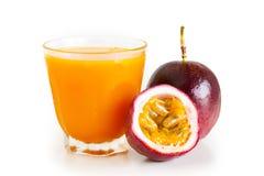 Маракуйя и фруктовый сок маракуйи в стеклянной белизне изолировали предпосылку Стоковая Фотография