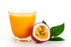 Маракуйя и фруктовый сок маракуйи в стеклянной белизне изолировали предпосылку стоковые фотографии rf