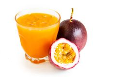 Маракуйя и фруктовый сок маракуйи в стеклянной белизне изолировали предпосылку Стоковые Изображения