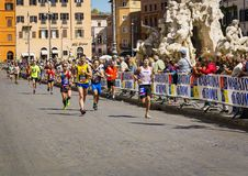 Марафонцы в аркаде Navona во время двадцать второго варианта марафона Рима гонки марафона Рима стоковая фотография rf