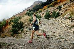 Марафон горы мужского бегуна идущий Стоковое Изображение