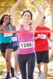Марафон женского бегуна выигрывая Стоковые Изображения RF