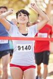 Марафон женского бегуна выигрывая стоковая фотография rf