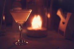 Маргарита заморозила коктеиль в стеклах Мартини перед светами bokeh ночи на запачканной предпосылке свечи Стоковое фото RF