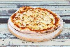 Маргарита пиццы на деревянной предпосылке Стоковая Фотография