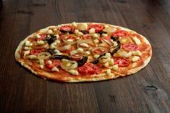 Маргарита пиццы на деревянной предпосылке Стоковое Изображение RF