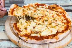Маргарита пиццы на деревянной предпосылке Стоковые Фото