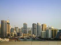 Марина Дубай, зона достопримечательности с магазинами, рестораны и жилые небоскребы в Дубай, Объениненных Арабских Эмиратах стоковая фотография rf