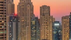 Марина Дубай и twers JBR день панорамы к светам timelapse ночи поворачивают дальше видеоматериал