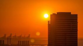Марина Дубай с красочным заходом солнца в timelapse Дубай воздушном, Объениненных Арабских Эмиратах видеоматериал