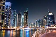 Марина Дубай с небоскребами и спокойным взглядом ночи воды стоковая фотография