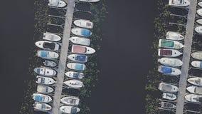 Марина маленьких лодок, воздушный верхней части отснятый видеоматериал вниз, лето акции видеоматериалы
