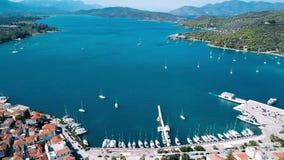 Марина моря вида с воздуха Poros, Эгейского моря видеоматериал