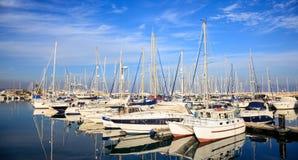 Марина на Ларнаке хозяйничает причаленные шлюпки, Кипр Отражение шлюпок, голубое небо с предпосылкой облаков Стоковые Изображения