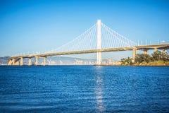 Марина шлюпки около нового моста залива oakland водя к халифу oakland Стоковая Фотография RF